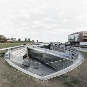 Skibsbroer fører i zig-zag form ned til det underjordiske museum.