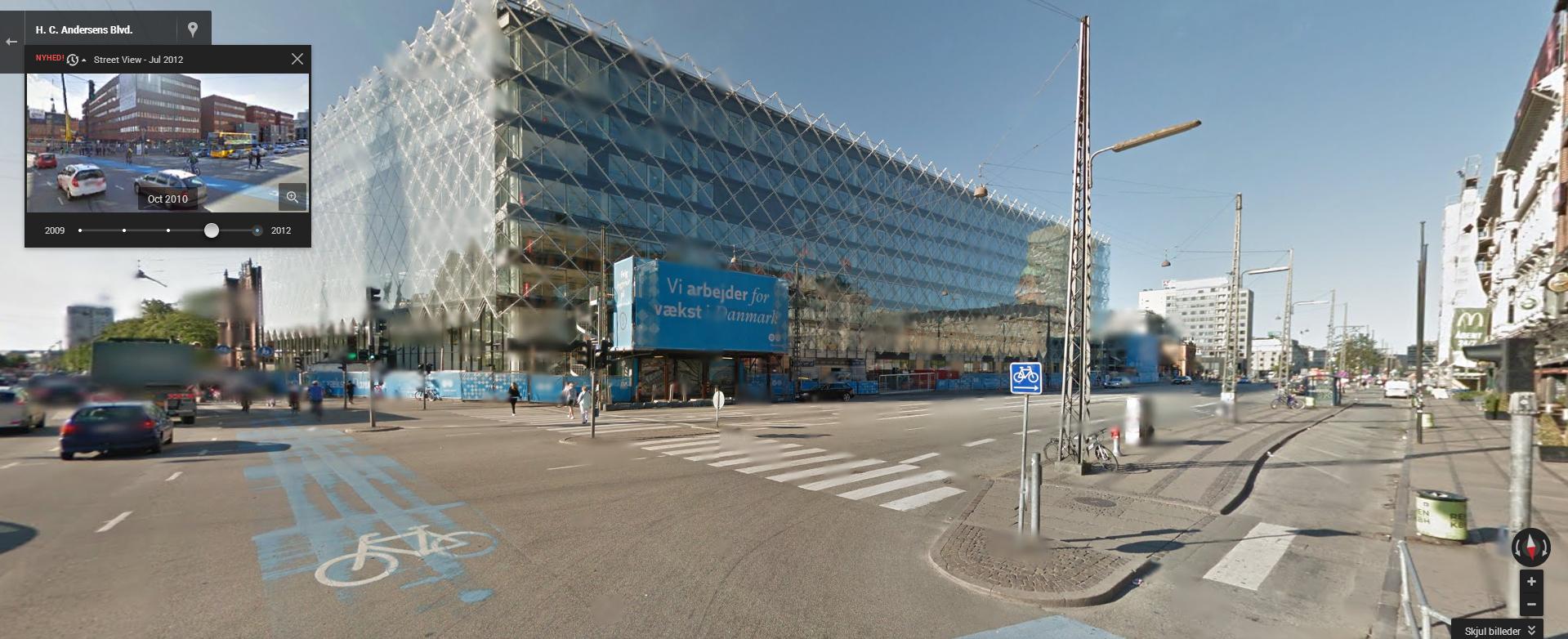 Industriens Hus ved Rådhudpladsen i København, juli 2012. I rammen øverst til venstre kan man vælge  4 tidligere tidspunkter (her oktober 2010).