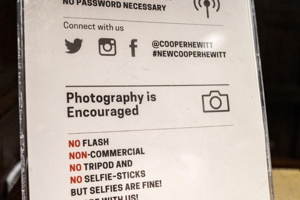 Ingen selfie-stænger tak, men gerne selfies lyder beskeden på Cooper Hewitt designmuseet i Washington D.C.