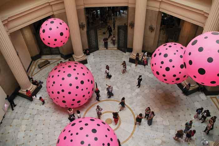 """Yayoi Kusamas retrospektive udstilling """"Infinite Obsession"""" blev set af i alt over 2 mio. besøgende på museer i Sydamerika. En efterfølgende retrospektiv med værker Kusama fejrer tilsvarende publikumstriumfer på en række asiatiske museer."""