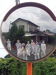 Kunstnere og kuratorer i arbejdstøjet ved Fukushima-værket.