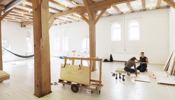 Dette atelier på 140 m2 er blandt de faciliteter Statens Værksteder for Kunst i dag rummer.